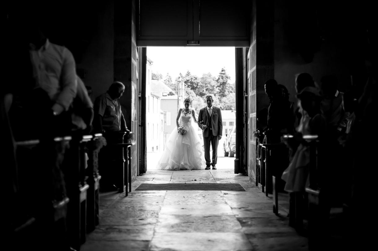Cérémonie de mariage l'entrée de l'église de la mariée